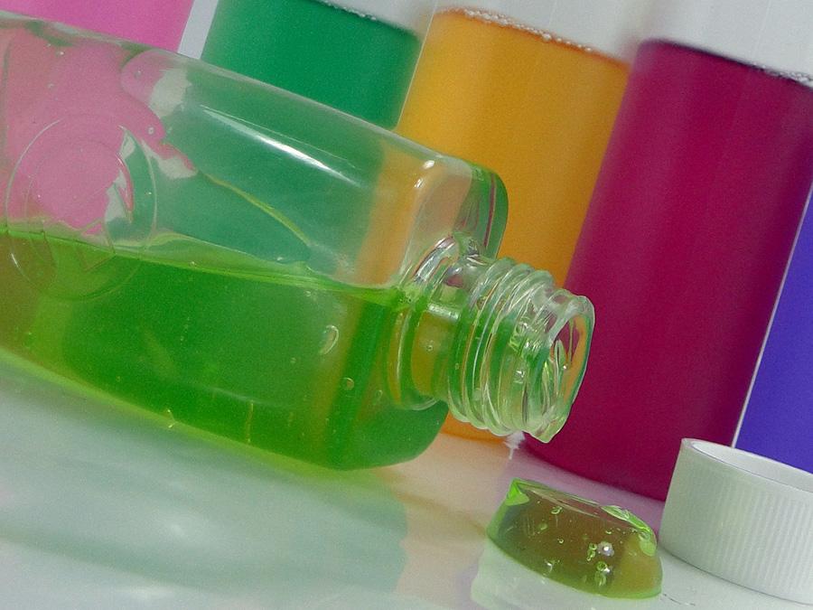 Una empresa valenciana logra la primera botella 100% biodegradable para droguería y parafarmacia