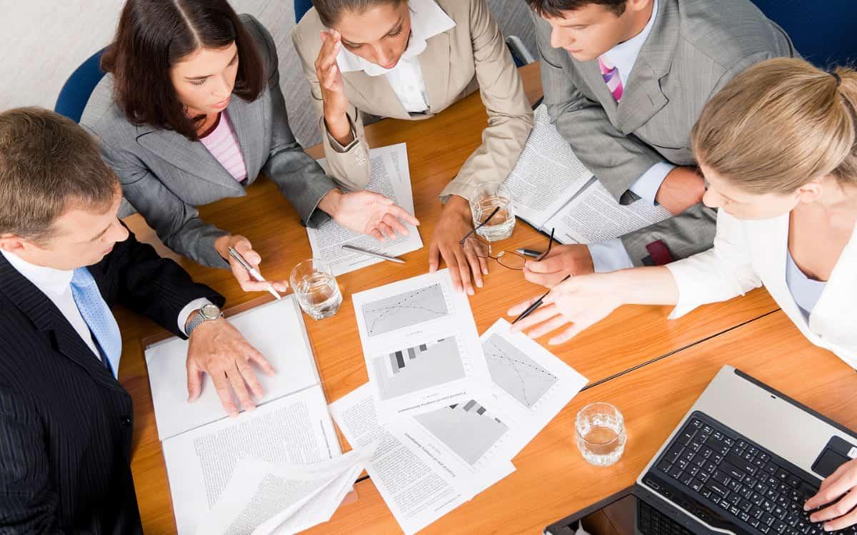 Empresarios diseñando un buen plan de negocio