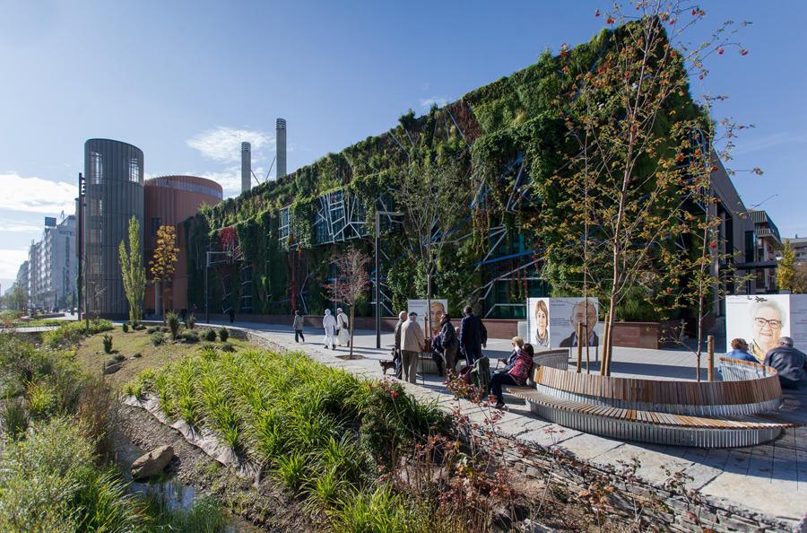 El Palacio de Congresos y Exposiciones Europa de Vitoria-Gasteiz, verde por fuera y por dentro