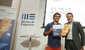 Ricardo Chicharro,director de Transformación y Productividad de la Dirección Territorial Este de BBVA entrega el premio a Pedro Conesa, CEO de Neuronalbite.
