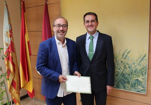 Diego-Gómez (izq) y Joaquín Longares con el certificado de origen renovable de la energía.