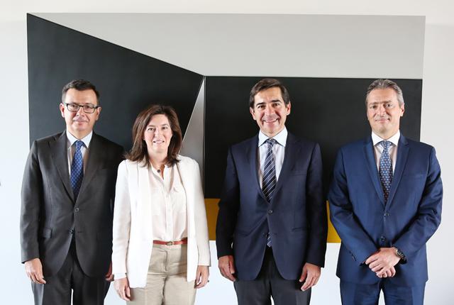 De izquierda a derecha, Román Escolano, vicepresidente del BEI; Cristina de Parias, directora de BBVA España; Carlos Torres Vila, consejero delegado de BBVA; y George Passaris, director de Securitisations & Structured Finance del FEI.