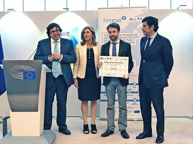 Pau Sendra, CEO de Waynabox, recibe el galardón.