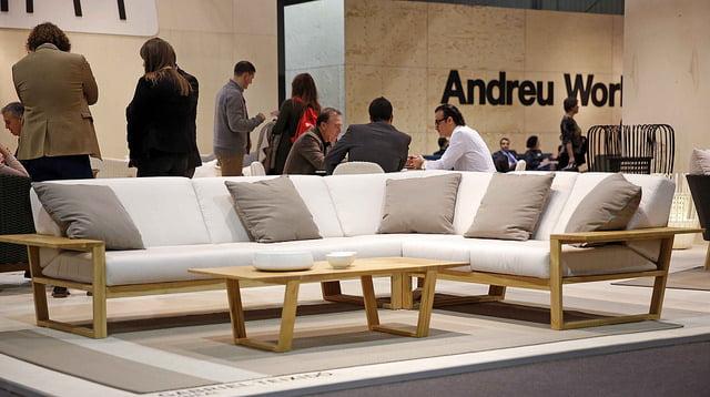 Feria del mueble valencia best un grupo de personas observan varios de los productos expuestos - Muebles lara valencia ...