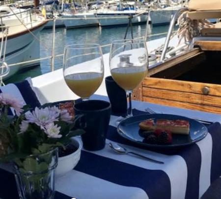 Imagen destacada Hosbec denuncia que el alojamiento turístico ilegal incluye barcos y veleros