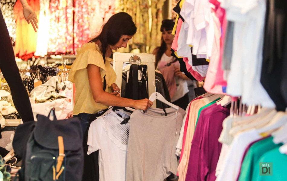 La CEV y Confecomerç rechazan la prohibición de rebajas en tiendas físicas