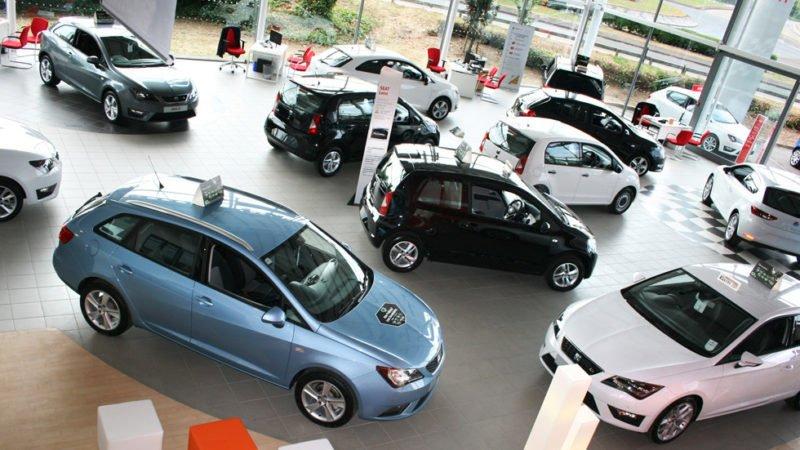 Concesionario donde están expuestos coches a la venta.