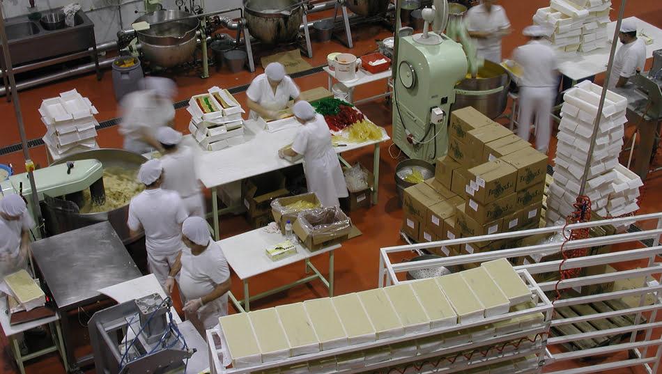 Trabajadores en el proceso de elaboración del turrón