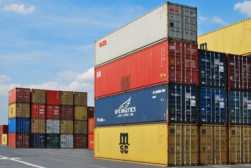 Contenedores en el puerto que contienen productos llegados de países de la zona euro.