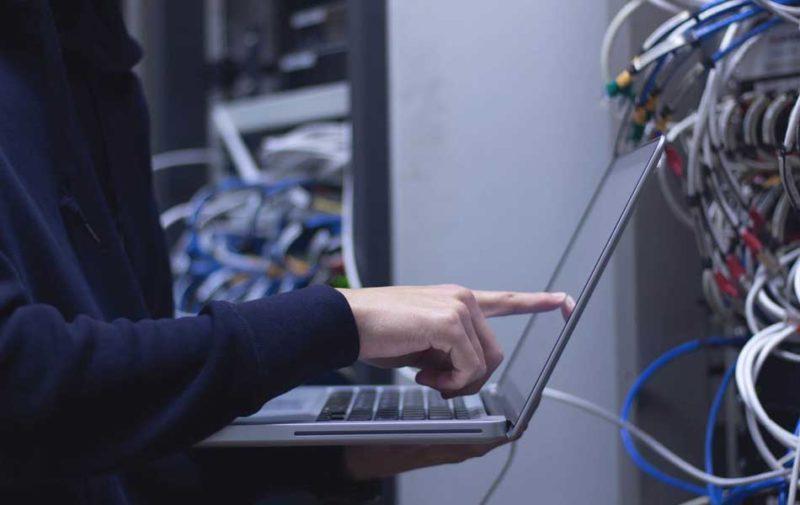 Una persona teletrabajando en su ordenador en una fábrica.