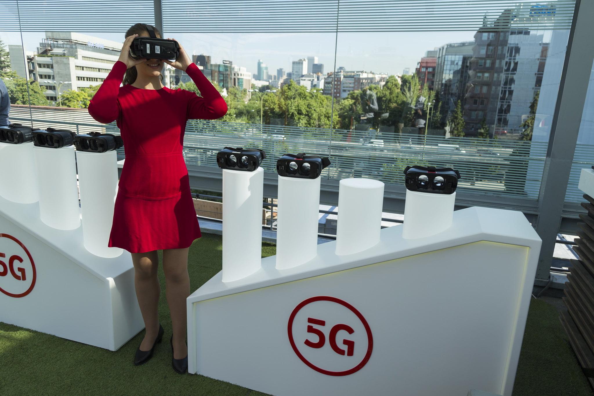 Vodafone mejora resultados y recupera clientes de móvil, fibra y TV