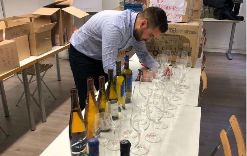 Preparación de una cata de vinos submarinos para la Guía Peñín en Madrid.