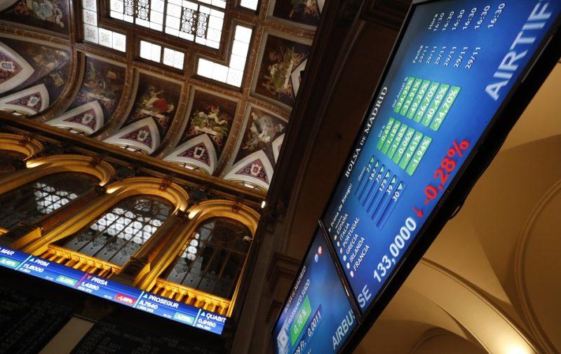 La bolsa española sube el 2,95 % y recupera el nivel de los 7.600 puntos