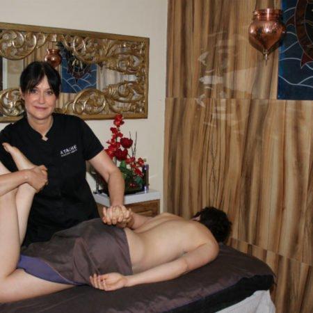 María José Bordera realizando un masaje en Fisiodérmica Clinic de Castalla.