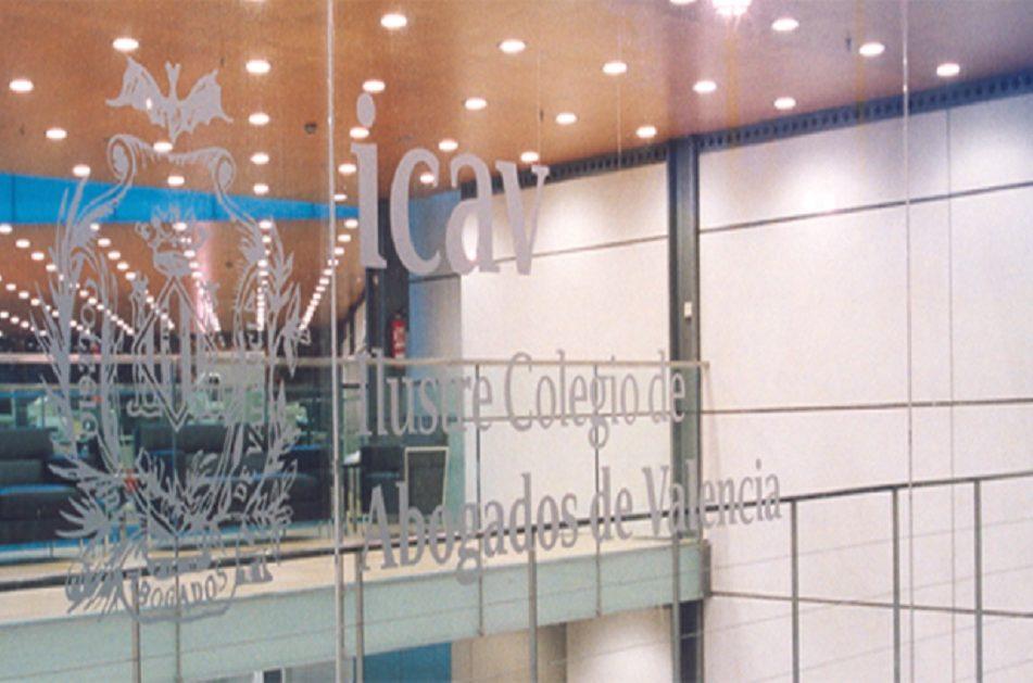 Logo del ICAV en el cristal de una puerta del Colegio de Abogados.