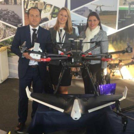 Directivos de Lokímica con unos drones de la empresa.