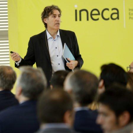 """El presidente de INECA, Rafael Ballester, presentando el estudio sobre las """"fortalezas"""" de la economía alicantina."""