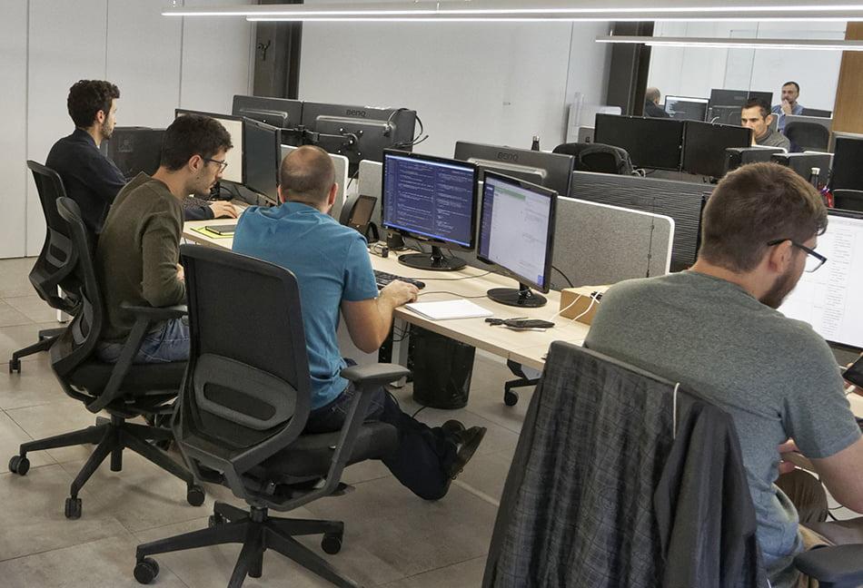 Trabajadores en su puesto laboral