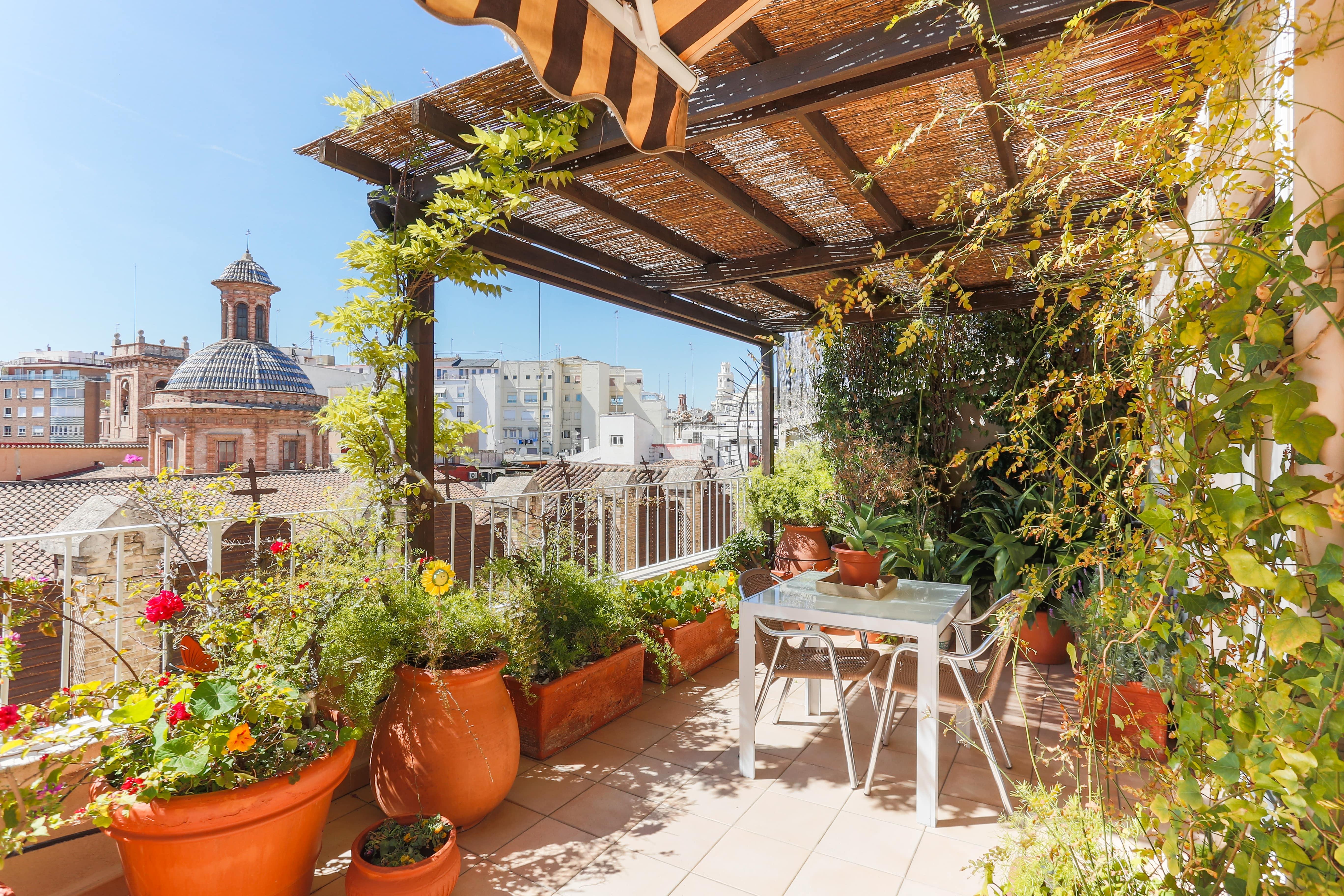 El precio de la vivienda desciende en el centro de València y aumenta el de alquiler