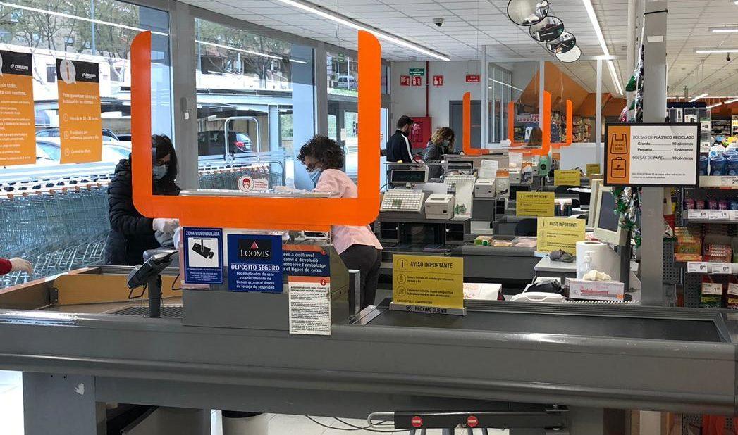 Consum instala mamparas de seguridad en las cajas de todos sus supermercados