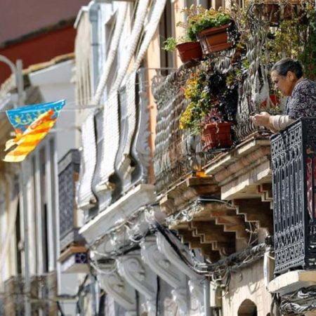 mujer-en-balcon-valencia