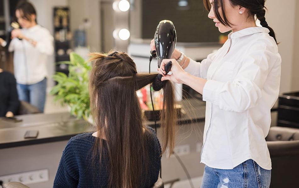 Las asociaciones de peluquería y estética recomiendan el cierre de sus  centros como medida preventiva