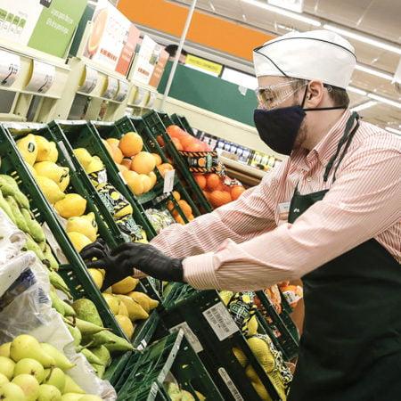 Trabajador en la sección de frutería de Consum