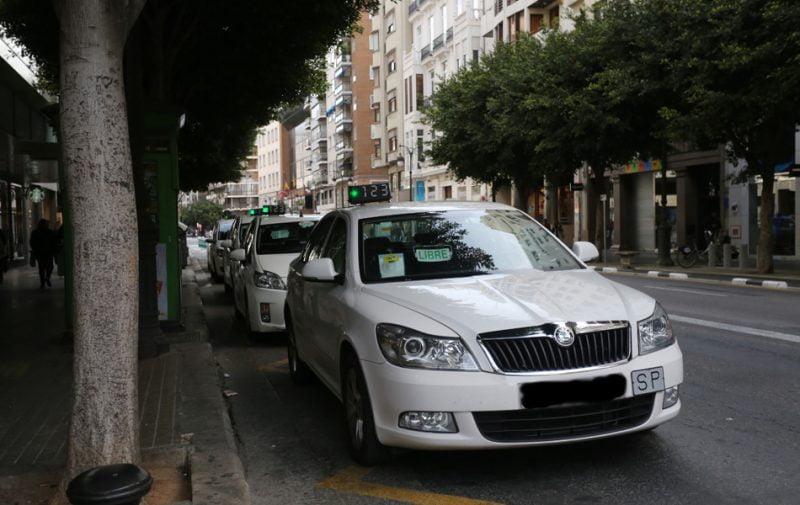 El taxi, ahogado con nuevas restricciones y sin un euro de las ayudas al transporte