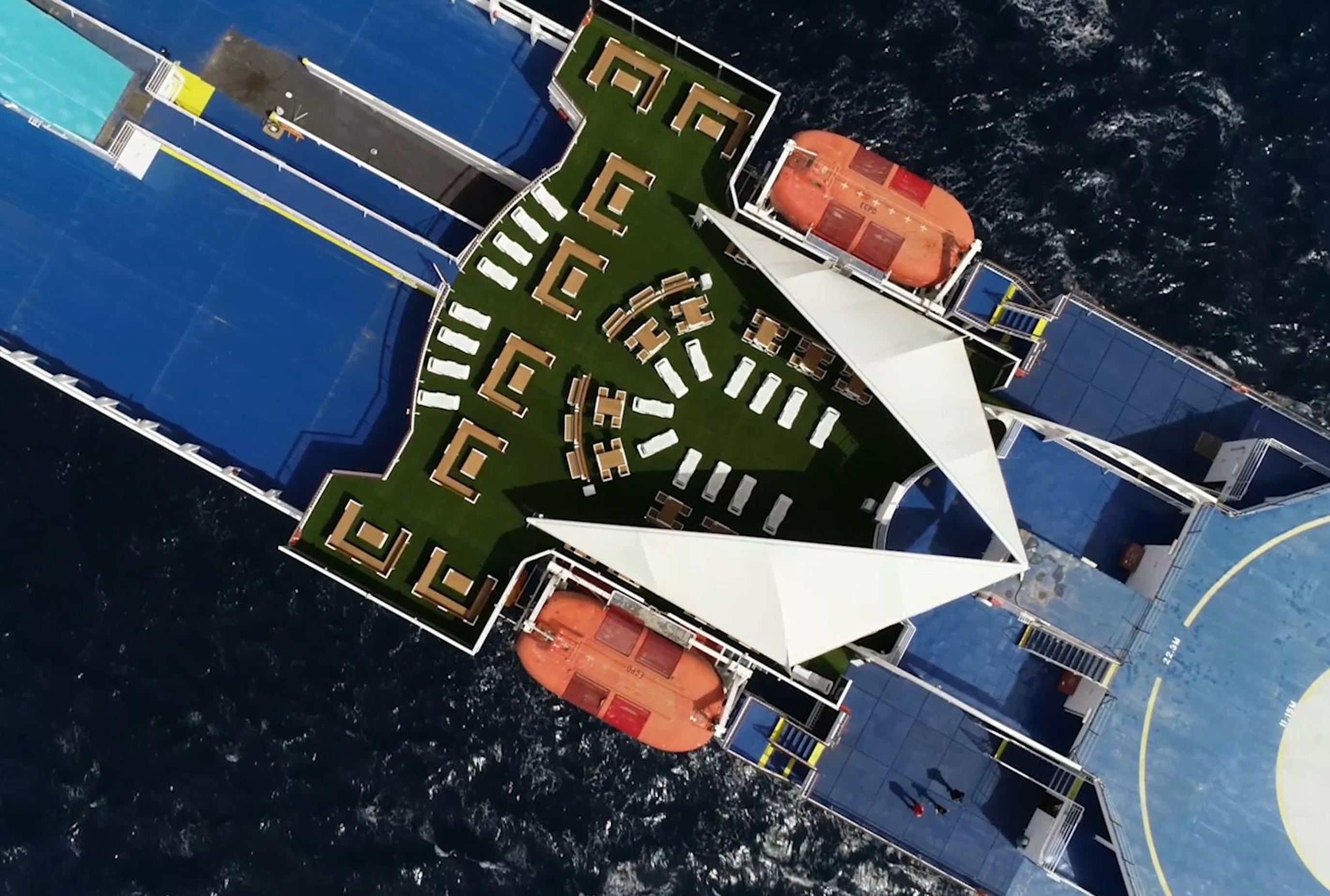 Imagen destacada Baleària convierte 85.000 envases de plástico en mobiliario de terrazas para ferries