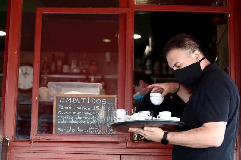 Un camarero atendiendo en un bar