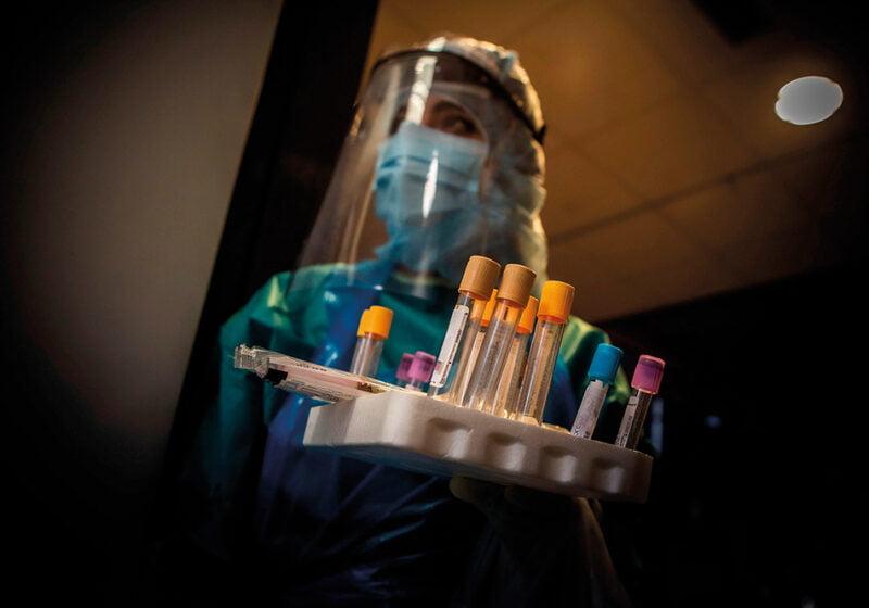 Una auxiliar preparada para hacer test PCR