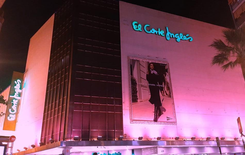 Imagen destacada El Corte Inglés viste de rosa 21 de sus fachadas en apoyo al Día Mundial contra el Cáncer de Mama