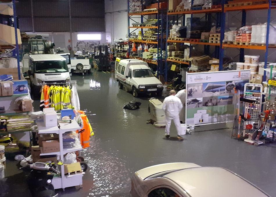 Las lluvias causan inundaciones, cortes de tráfico y naves anegadas en Fuente del Jarro