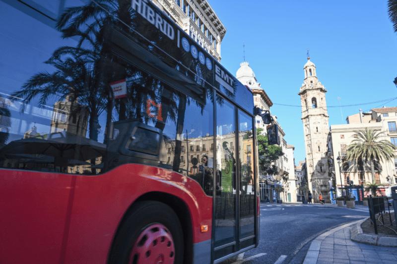 Un autobús de la EMT por las calles de València.