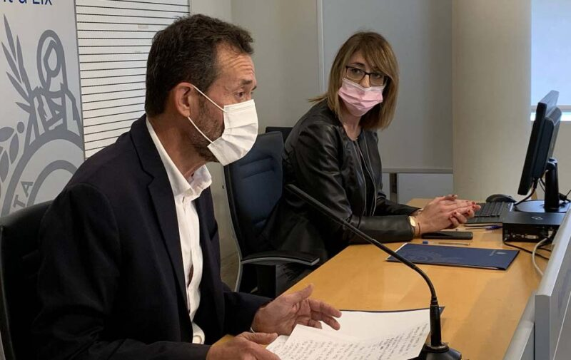 La concejal Patricia Maciá junto al alcalde, Carlos González, en la presentación de los presupuestos.