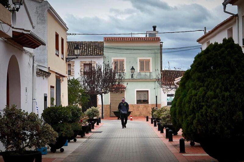 Un hombre pasea porGuardamar de la Safor
