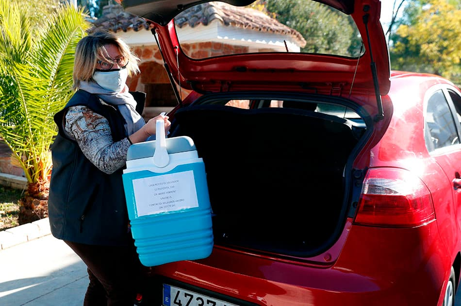 Una trabajadora de Sanitat descarga el primer lote de vacunas en Torrent