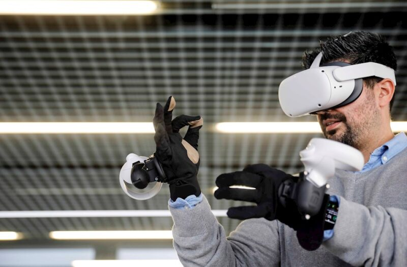 Luis Castillo con sus guantes hápticos
