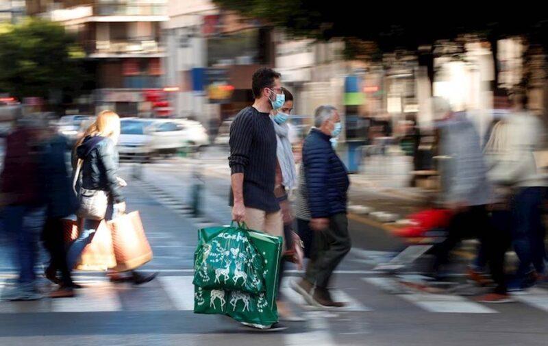 Una persona realiza compras de navidad en Valencia