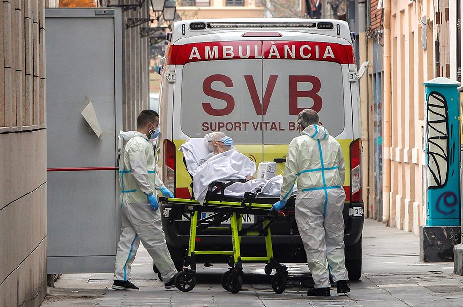Sanitarios trasladan por contagios de coronavirus en ambulancia a una de las residentes de la residencia de ancianos de Velluters de València.