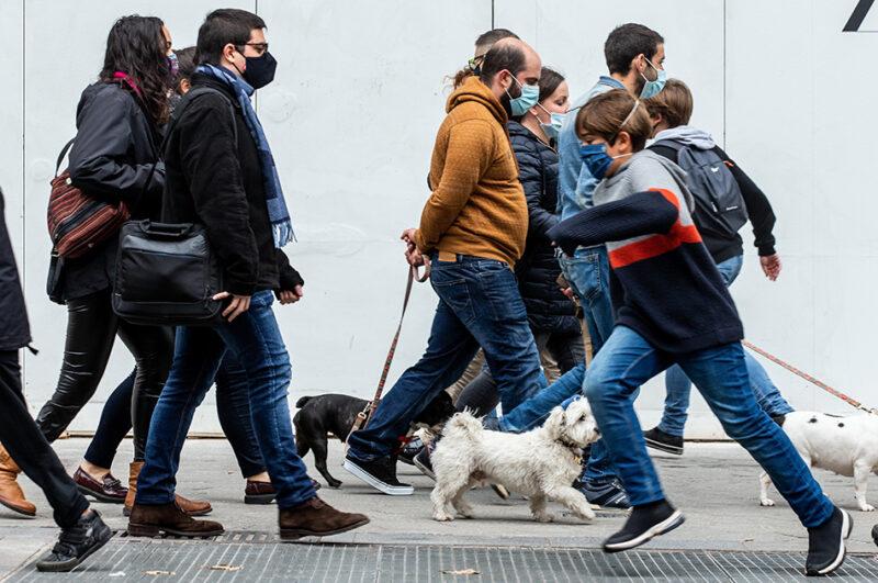Gente con mascarilla paseando por la calle