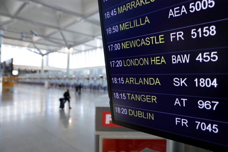 panel de vuelos en un aeropuerto