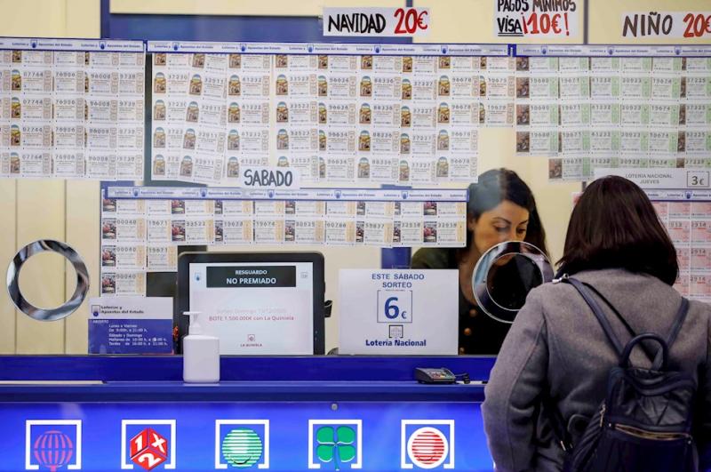 Colas a distancia, alza en internet y menos ventas: retrato de la Lotería de Navidad