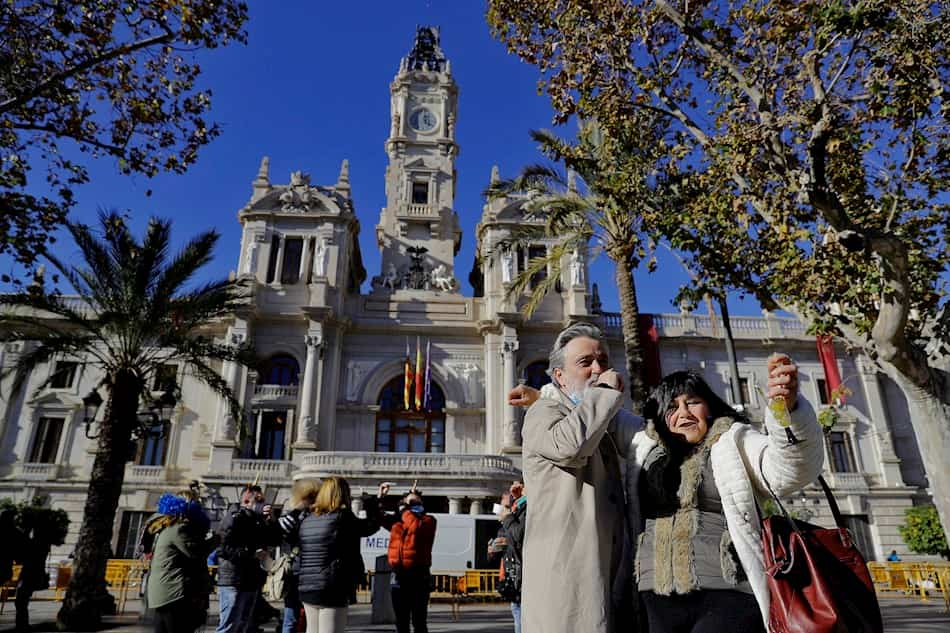 Grupo de amigos se toman las uvas en la plaza del Ayuntamiento de València.