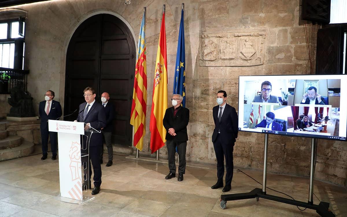 Ximo Puig, alcaldes y presidentes de la Diputaciones durante la presentación de las Ayudas Paréntesis