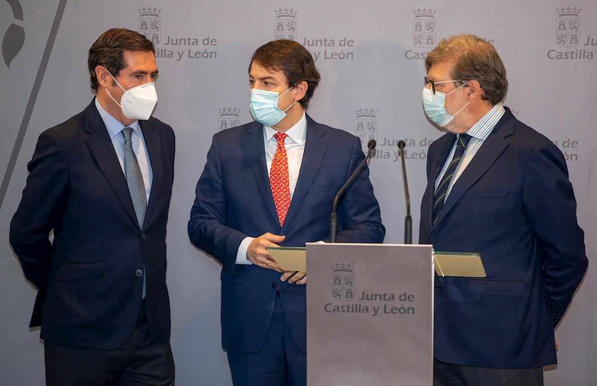Alfonso Fernández Mañueco (c), Antonio Garamendi (i) y Santiago Aparicio (d) durante la rueda de prensa ofrecida el Plan Sumamos Salud+EconomÌa.