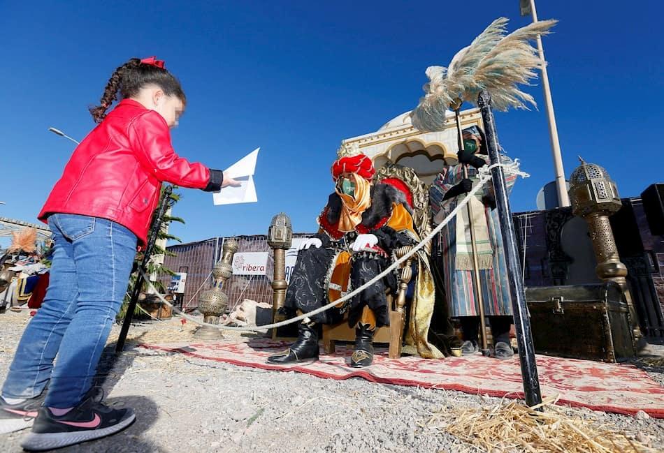 Una niña visita a los Reyes Magos
