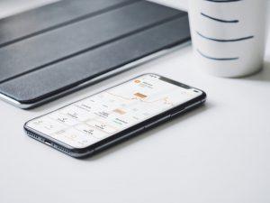 Un teléfono móvil que muestra la cotización de acciones de Bolsa o criptomonedas