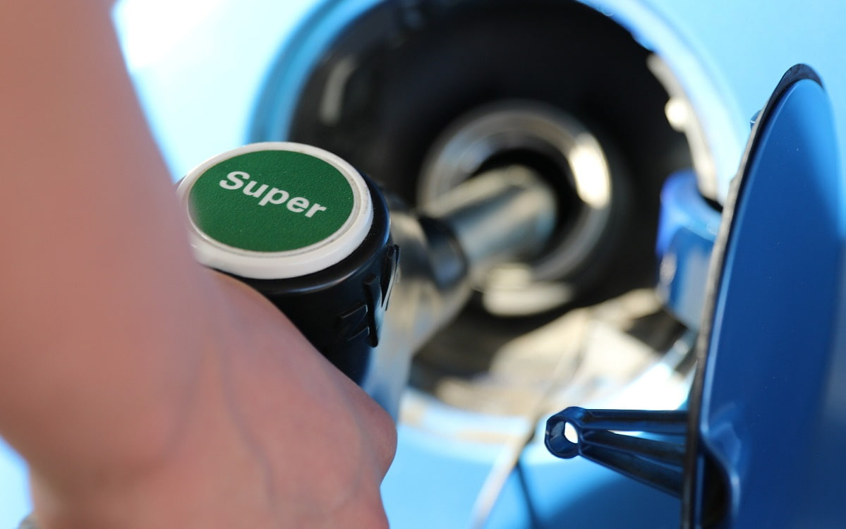 persona repostando en una gasolinera combustible