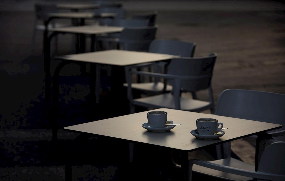 mesas de terraza en hostelería vacías